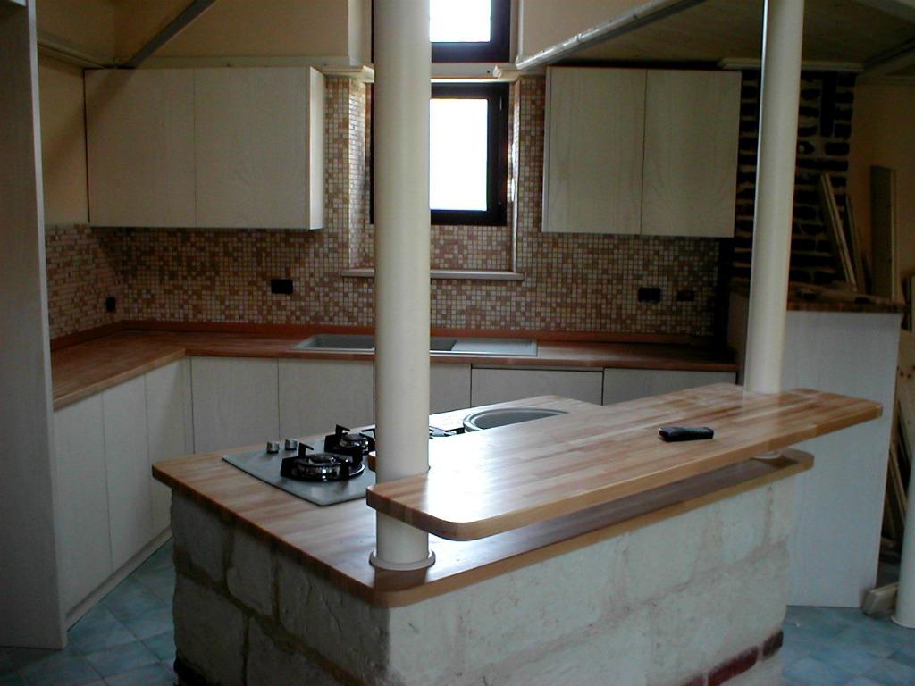 Cucina bianca e legno artigianlegno - Cucina bianca e legno naturale ...