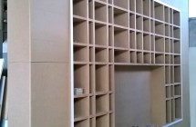 Ultime fasi di lavorazione in laboratorio di libreria con vano porta televisione